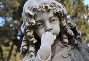 """Sardinialaisella Bonarian hautausmaalla Cagliarissa sijaitseva, Giuseppe Santorin patsas on osa seurantaa, joka osoittaa marmorin suojaamisen tehoa """"kivisyöpää"""" vastaan. Kuva Paola Meloni, via Chemistry World 5.2.2016"""