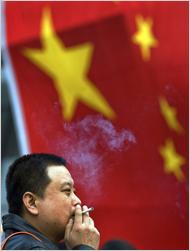 Yli neljäosa aikuisista kiinalaisista tupakoi säännöllisesti Kuva: Andy Wong, Associated Press.