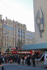 Lontoonkävijä törmää kansallisiin kulttuuriaarteisiin, vaikka ei museoissa vierailisikaan. Suojeltujen patsaiden listalla on muun muassa Oxford Streetillä, John Lewis -tavaratalon ulkoseinällä oleva, Barbara Hepworthin teos Winged Figure (1963). Kuva Kai Aulio.