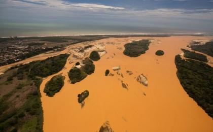 Rio Doce -jokeen karannut 60 miljoonan kuutiometrin metallipitoinen lietekuorma pilasi vesistön ja jopa satojen tuhansien ihmisten vesilähteen jopa vuosiksi. Kuva: Telesurtv.net.