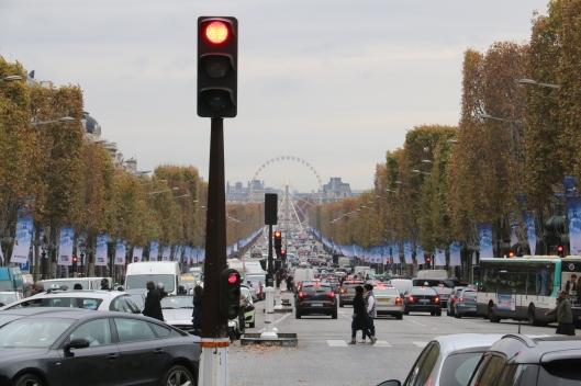 Punainen liikennevalo on tulee pariisilaisautoilijoille tutuksi, kun Avenue des Champs-Élysées muuttuu kävelykaduksi kerran kuukaudessa. Kuva: Kai Aulio.