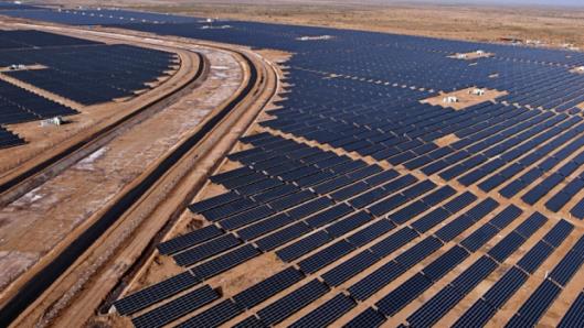 Peräti 300 vuosittaista aurinkopäivää tarjoavat ihanteelliset mahdollisuudet intialaiselle aurinkosähkön tuotannolle. Ja tätä kapasiteettia hyödynnetään jo mittavasti. Charanka Solar Park Gujaratin osavaltiossa on nimellisteholtaan lähes 600 megawatin laitos. Kuva: CleanTechnica.com.