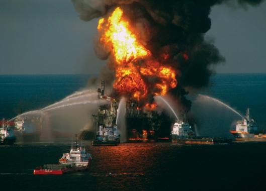 Deepwater Horizon -öljynporauslautan räjähdysmäinen tulipalo Meksikonlahdella huhtikuussa 2010 aiheutti Pohjois-Amerikan kaikkien aikojen suurimman ympäristövahingon. Kuva: National Oceanic and Atmospheric Administration; NOAA; noaanews.com