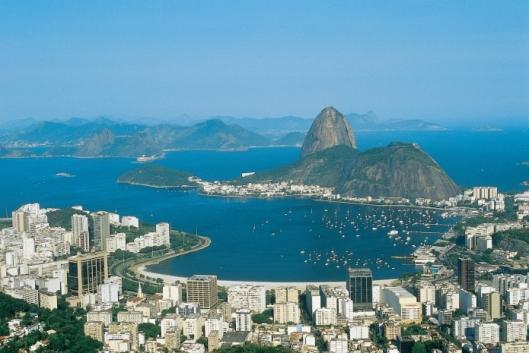 Kaukaa vuorilta katsottuna Rio de Janeiron edustan merenlahti näyttää idyllisen kauniilta. Kuva: rio2016.com.