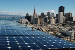 Aurinkopaneelit ovat tuttu näky jo nykyisinkin San Franciscon katoilla, mutta jatkossa uusiutuvan energian hyödyntäminen lisääntyy huomattavasti. Rittenburg Home -rakennus, San Francisco. Kuva: luminalt.com.
