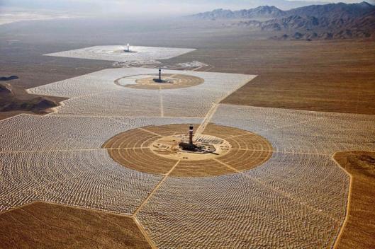 Mojaven aavikon lähes jatkuvasti pilvettömän taivaan alla toimivan Ivanpahin toiminta on periaatteessa tehokkaampaa kuin käytännön tulokset ovat saavuttaneet. Kuva: TechnoCraze.com.