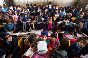 Intialaisten koulujen ryhmäkoot ovat ylisuuria, ja yksiopettajaisissa kouluissa opetuksen säännöllisyys on usein kyseenalaista. Kuva: David Levene, The Guardian.
