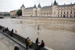 Seine-joen pinta on noussut tasolle, jossa Pariisin maailmankuulujen Louvren ja Musee d'Orsayn taidemuseoiden tulvasuojelutoimet käynnistetään varmuuden vuoksi. Kuva: AP Photo, Thibault Camus.