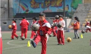 Jalkapalloilu on suosittua Kiinassa jo nykyisin, ja presidentillisessä suojeluksessa jättivaltion palloilutasoa ollaan nostamassa koululaisista lähtein. Kuva: IC, globaltimes.cn.