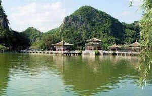 Kiinan ensimmäiseksi luonnonsuojelualueeksi 60 vuotta sitten vahvistetun Denghu-vuorten maisemat ovat arvokkaita paitsi maiseman ja lajiston suojelussa myös matkailun vetonaulana. Kuva: absolutechinatours.com.