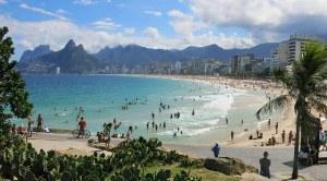 Maailman kuuluisimpiin hiekkarantoihin lukeutuva Ipanema Beach sai ikävää julkisuutta vesianalyysien tiedoista. Kuva: tripandtravelblog.com.