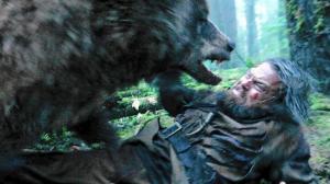 Luonnon- ja ympäristönsuojelun tukijana mainetta saanut Leonardo DiCaprio otti konkreettisesti tuntumaa ajamiinsa aiheisiin Oscar-palkinnon (2016) tuoneessa pääroolissaan elokuvassa The Revenant. Kuva: Twentieth Century Fox.