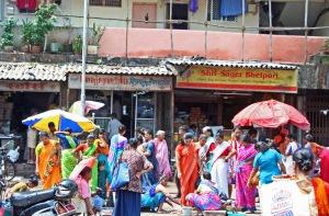 Jo kaksi päivää Intiassa riittää siirtämään paikallisen bakteerikannan antibioottiresistenssin myös vierailijan elimistöön. Mumbai (Bombay). Kuva: Kai Aulio.