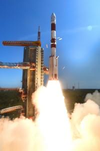 PSLV-C34 -kantoraketti on Intian avaruusohjelman työjuhta, jonka palveluksia käyttävät monet muutkin valtiot satelliittiensa kuljettamiseen avaruuden kiertoradoille. Kuva: Vikram Sarabhai Space Centre, India, vssc.gov.in.