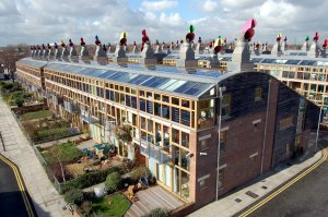Lontoon asuinkiinteistöjen saanerauksissa on tavallista kattaa laajoja pintoja aurinkopaneeleilla. Sekä suuret keskitetyt aurinkovoimalat että erilliset yksittäiskohteet lisäävät Britannian aurinkosähkön kapasiteettia nopeasti. London Borough of Sutton. Kuva: en.wikipedia.org.