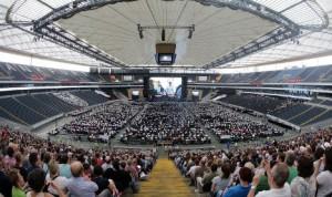 Frankfurtin jalkapallostadionilla esiintyneessä ennätysorkesterissa soitti 324 muusikkoa enemmän kuin edellisessä ennätyskokoonpanossa. Kuva: DPA, via The Local.