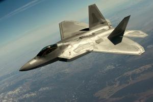 Ilmaan päästessään F-22 Raptor on ketterä, tutkassa näkymätön, kaksi kertaa ääntä nopeammin lentävä hävittäjä. Kuva: U.S. Air Force.