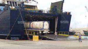 Libyan kemiallisten aseiden varastojen loppuerät siirrettiin tarkassa valvonnassa tanskalaisalukseen kuljetettaviksi Saksaan tuhottaviksi. Kuva: ajwa, via The Libya Observer.