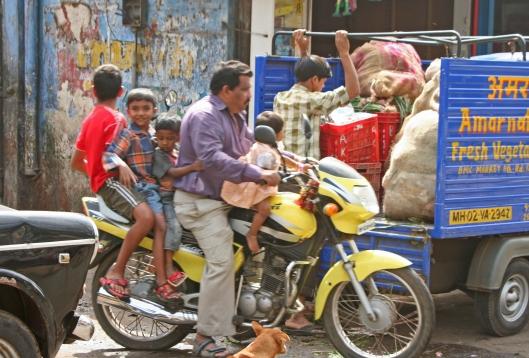 Kypärättömyyden ohella Mumbain motoristien liikenneturvallisuuskäytännöissä on kohentamisen varaa. Kuva: Kai Aulio.