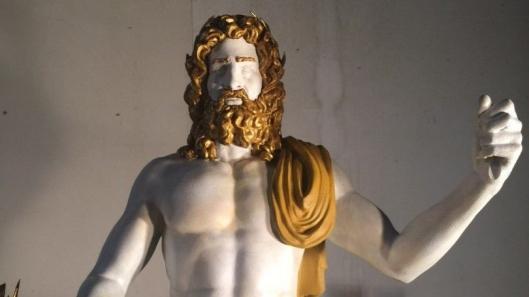 Ylijumala Zeus, vuoden 2016 mallinnuksena. Alkuperäinen 13-metrinen patsas on ollut tuhoutuneena jo reilun puolentoista vuosituhannen ajan. Kuva: all3dp.com.