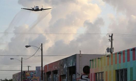 Zikaviruksen nopea yleistyminen Floridassa sai viranomaiset myöntymään laajamittaisiin organofosfaatti-torjunta-aineiden lentolevityksiin Miami Beachin alueella. Kuva: ABC News (Joe Raedle, Getty Images).