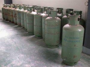 Otsonikerrokselle vaarallista HCFC-22 -yhdistettä sisältäviä säiliöitä Kiinassa. Etenkin jäähdytyslaitteissa käytettävä yhdiste (difluorikloorimetaani) on ns. toisen sukupolven freoni, ja yhdiste tunnetaan myös nimellä R22. Kuva: AP.