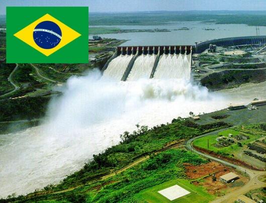 Vesivoimalla on suuri osuus Brasilian energiantuotannossa jo nyt, ja tulevaisuudessa saasteettomia uusiutuvia tuotantomuotoja lisätään, lupaa maan hallitus. Itaipun voimalaitos Brasilian ja Paraguayn rajalla. Kuva: rasheedworld.com.