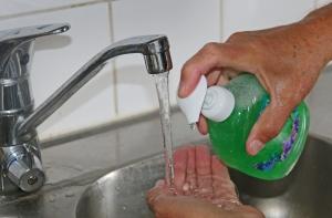 Tavallinen saippua ja vesi pesevät yhtä puhtaaksi − mutta turvallisemmin − kuin antibakteeriset saippuat. Kuva: Kai Aulio.