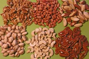 6 pähkinää. Myötäpäivään vasemmasta yläkulmasta: Saksanpähkinä. Maapähkinä. Parapähkinä. Pekaanipähkinä. Cashewpähkinä, Pistaasipähkinä. Kuva: Kai Aulio.