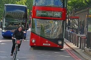 Polkupyörä on nopein tapa liikkua Lontoon keskustassa. Ajassa, jossa bussi etenee kilometrin, pyöräilijä on jo yli kolmen kilometrin päässä. Hyvin varusteltuja ja hyväkuntoisia kaupunkipyöriä on tarjolla metropolin joka puolella, mutta ajaminen vaatii sekä taitoa että rohkeutta. Hyde Park Corner. Kuva: Kai Aulio.