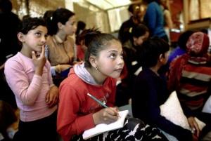 Pakolaislasten kouluttaminen on sivistysvaltion juridinen ja moraalinen velvollisuus, Kreikassa tunnustetaan ‒ paikallisen väestön mahdollisesta vastustuksesta huolimatta. Kuva: ekathimerini.com.