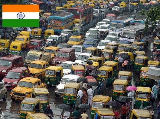 Nopeasti ja hallitsemattomasti lisääntynyt tieliikenne on Intian ilmansaaste- ja ilmansuojeluongelmien vaikeimmin ratkaistava urakka. Jättivaltion sitoutuminen Pariisin ilmastosopimukseen merkitsee, että autojen päästöjä on ratkaisevasti vähennettävä. Ruuhka-aika Delhissä. Kuva: media2.wnyc.org.
