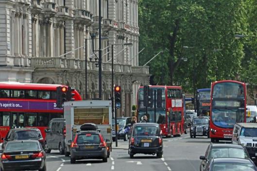 Lontoossa on liian paljon autoja, jotta liikenne voisi olla sujuvaa. Kuva: Kai Aulio.