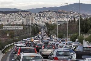 Kattilamaisen laakson pohjalla sijaitsevan, viiden miljoonan asukkaan ja miljoonan auton Ateenan halu ja tarve rajoittaa liikennettä on ymmärrettävä ja tarpeellinen. Kuva Yorgos Karahalis, Reuters.