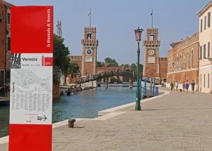 Venetsian biennaalin toinen pääpaikka on vanha telakka-alue Arsenale. Vuoden 2015 biennalen teema oli All the World's Futures. Kuva: Kai Aulio.