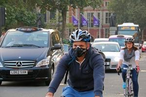 Kaupunkiliikenteessä ei voi välttää altistusta pakokaasuille, mutta saasteiden haittoja voi vähentää suojainten lisäksi myös optimoimalla matkavauhtiaan ja siten hengityksen voimakkuutta. Kuva: Kai Aulio. Lontoo, Westminster.