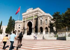 Istanbulin yliopisto, pääportti Serasker Gate. Kuva: unibasin.istanbul.edu.tr.