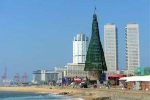 Colombon tekojoulukuusen mittasuhteet jättävät varjoonsa jopa pääkaupungin pilvenpiirtäjät. Kuva: AFP, via The Star.com.