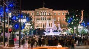 Joululaiva juhlistaa Ateenan Syntagma-aukiota parlamenttitalon edustalla. Kuva: videoblock¨.com.