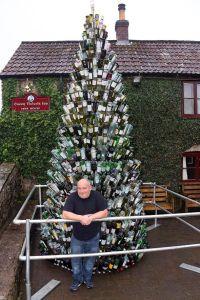 Queen Victoria -pubin joulukuusi herättää ansaittua huomiota, josta paikan isäntä Mark Walton voi olla ylpeä. Kuva: Express.co.uk.