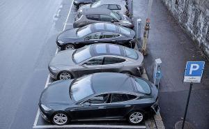Sähköautojen latauspisteitä on Norjassa paljon, ja taajamissa sähköautoilla on vapaa pysäköinti. Kuva: Bloomberg, via autonews.com.