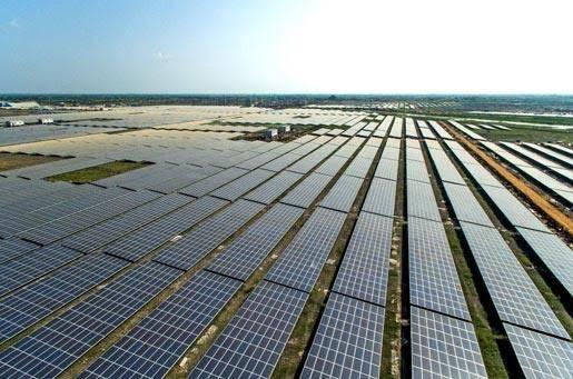 Kamuthin aurinkovoimalassa on peräti 2.5 miljoonaa paneelia, joiden yhteistuotanto riittää tyydyttämään 150 000 kotitalouden sähköntarpeen. Kuva. timesofindia.com.