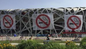 Pekingiin kesäkuussa 2015 voimaan saatettua julkisten tilojen tupakointikieltoa on mahdotonta olla havaitsematta. Näkyvät kieltomerkinnät Kansallisstadionilla. Kuva: Stringer, Reuters.
