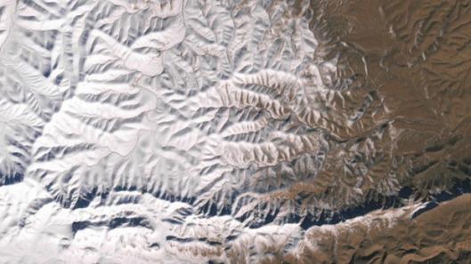 Yllätyksellinen lumisade ei tuonut valkeaa joulua Atlas-vuoristoon ja Ain Safran kaupungin asukkaille 19.12.2016 lumisateesta huolimatta, sillä lumi suli vuorokauden kuluessa. Kuva: NASA Earth Observatory, Joshua Stevens.