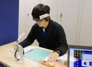 Japanilaisopiskelija suorittamassa matemaattista tehtävää suitsukkeen vaikuttaessa huoneilmassa. Kuva: Kyodo, via The Japan Times.