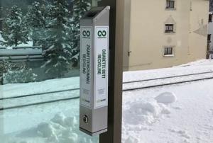 Tupakantumppien keräyspista Davosissa. Normaalin jätehuollon tehostuksena sveitsiläiset jalostavat keräyssaaliin kierrätysmateriaaleiksi. Kuva: Resource Magazine.