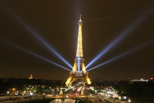 Kyllä Eiffel-tornia kelpaa katsella ilman kohennustakin, mutta teräsrakenteiden kunnossapito edellyttää jatkuvaa huoltoa. Kuva: Kai Aulio. Pariisi, 4.10.2015.