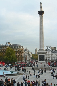 """Lontoon metropolialueella asuu noin 10 miljoonaa ihmistä, ja näiden lisäksi kaupungissa vierailee vuosittain 15 miljoonaa turistia, joiden """"must-kohteisiin"""" kuuluvat Trafalgar Square, Nelsonin patsas ja taustalla näkyvä parlamenttitalo Big Ben -kellotorneineen. Kuva: Kai Aulio."""