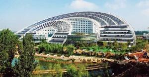Kiina on suunnannäyttäjä aurinkosähkön tuotannossa – ja taiteellinen vaikutelmakin on esittelykelpoinen. Aurinkosähköön tukeutuva rakennus, Dezhou. Kuva: Zhou Jianxin, China Daily.