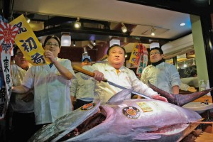 Tammikuun 2017 Tokion kalahuutokaupan suurin ostos, lähes 600 000 euron hintainen sinievätonnikala ostajansa, sushiravintoloitsija Kiyoshi Kimuran ravintolassa. Kuva : Noriko Hayashi, Bloomberg.
